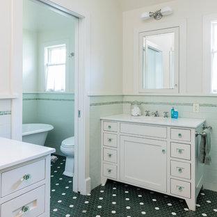 Esempio di una grande stanza da bagno per bambini costiera con ante in stile shaker, ante bianche, vasca freestanding, WC a due pezzi, piastrelle verdi, piastrelle in ceramica, pareti bianche, pavimento in gres porcellanato, lavabo sottopiano, top in quarzo composito e pavimento verde