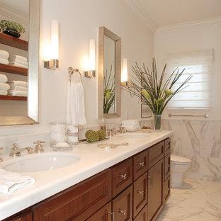Ispirazione per una stanza da bagno chic con lavabo sottopiano, ante con riquadro incassato, ante in legno scuro e piastrelle bianche