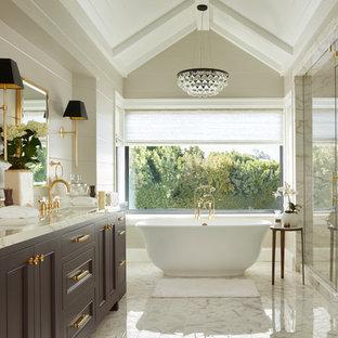 Стильный дизайн: главная ванная комната среднего размера в стиле современная классика с фасадами в стиле шейкер, фиолетовыми фасадами, отдельно стоящей ванной, душевой комнатой, раздельным унитазом, белой плиткой, мраморной плиткой, врезной раковиной, мраморной столешницей и душем с распашными дверями - последний тренд