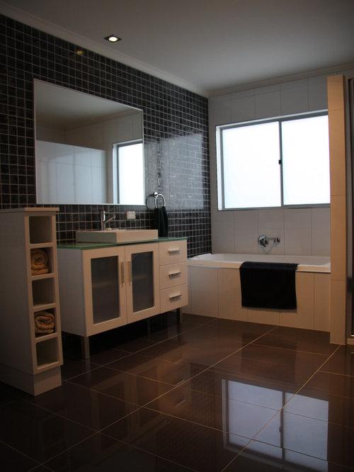 Salle de bain avec un plan de toilette en verre recycl et for Baignoire avec porte vitree