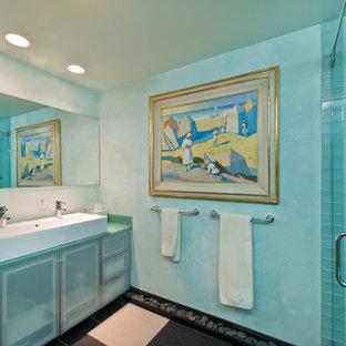 Ejemplo de cuarto de baño principal, bohemio, con armarios tipo vitrina, puertas de armario azules, ducha esquinera, baldosas y/o azulejos azules y paredes azules