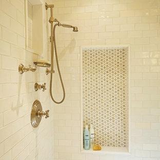 Ispirazione per una stanza da bagno con doccia tradizionale di medie dimensioni con doccia ad angolo, piastrelle bianche, piastrelle in ceramica, pavimento in marmo e top in marmo