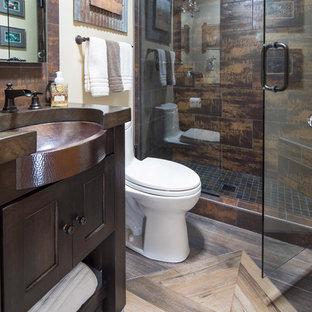 Идея дизайна: маленькая детская ванная комната в современном стиле с фасадами с утопленной филенкой, темными деревянными фасадами, душем в нише, унитазом-моноблоком, коричневой плиткой, плиткой из сланца, бежевыми стенами, полом из керамогранита, врезной раковиной, столешницей из меди, разноцветным полом и душем с распашными дверями