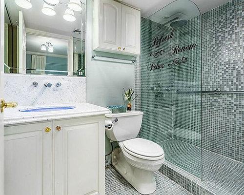 Bagno con pavimento con piastrelle a mosaico e lastra di vetro