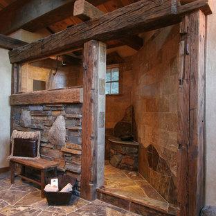 Пример оригинального дизайна: ванная комната в стиле рустика с открытым душем, коричневой плиткой, бежевыми стенами, открытым душем и плиткой из сланца