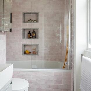 Идея дизайна: маленькая ванная комната в стиле современная классика с плоскими фасадами, накладной ванной, душем над ванной, розовой плиткой, белыми стенами, полом из керамической плитки, серыми фасадами, плиткой кабанчик, разноцветным полом и белой столешницей