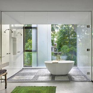 Foto di una stanza da bagno padronale moderna con vasca freestanding, doccia aperta, pareti bianche, pavimento grigio e porta doccia a battente