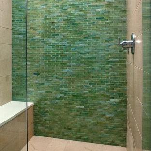 Mittelgroßes Modernes Duschbad mit flächenbündigen Schrankfronten, dunklen Holzschränken, Duschnische, grauen Fliesen, grünen Fliesen, Porzellanfliesen, weißer Wandfarbe, Porzellan-Bodenfliesen, Unterbauwaschbecken, Mineralwerkstoff-Waschtisch, beigem Boden und Falttür-Duschabtrennung in Denver