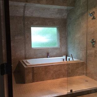 Diseño de cuarto de baño principal, de estilo zen, de tamaño medio, con armarios estilo shaker, puertas de armario de madera en tonos medios, ducha abierta, baldosas y/o azulejos beige, baldosas y/o azulejos de porcelana, paredes beige, suelo de baldosas de porcelana, encimera de ónix y lavabo integrado