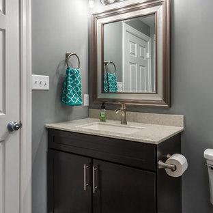 Modelo de cuarto de baño con ducha, tradicional renovado, pequeño, con armarios estilo shaker, puertas de armario de madera en tonos medios, ducha abierta, sanitario de dos piezas, baldosas y/o azulejos grises, baldosas y/o azulejos de porcelana, paredes grises, suelo de baldosas de porcelana, lavabo integrado, encimera de ónix, suelo gris y ducha abierta