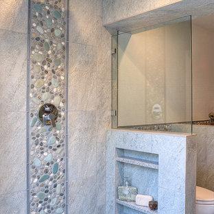 Idee per una grande stanza da bagno padronale costiera con doccia aperta, piastrelle multicolore, piastrelle di ciottoli e pavimento con piastrelle di ciottoli