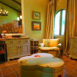 Geräumiges Mediterranes Badezimmer En Suite mit verzierten Schränken, weißen Schränken, orangefarbenen Fliesen, Terrakottafliesen, Terrakottaboden, Aufsatzwaschbecken und gefliestem Waschtisch in Sonstige