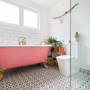 Modelo de cuarto de baño actual con jacuzzi, ducha abierta, baldosas y/o azulejos verdes, baldosas y/o azulejos de cerámica, paredes blancas y suelo de azulejos de cemento