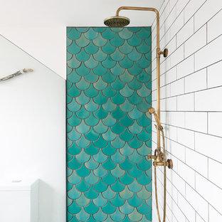 Foto di una stanza da bagno contemporanea con vasca idromassaggio, doccia aperta, piastrelle verdi, piastrelle in ceramica, pareti bianche e pavimento in cementine