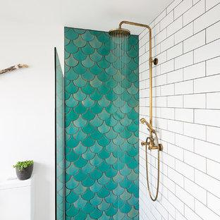 Modelo de cuarto de baño contemporáneo con jacuzzi, ducha abierta, baldosas y/o azulejos verdes, baldosas y/o azulejos de cerámica, paredes blancas y suelo de azulejos de cemento
