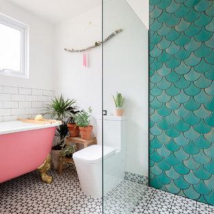 Idéer för ett litet modernt badrum, med grön kakel, keramikplattor, vita väggar, cementgolv, ett badkar med tassar, våtrum, en toalettstol med separat cisternkåpa, flerfärgat golv och med dusch som är öppen