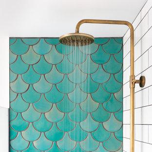 Foto de cuarto de baño contemporáneo con jacuzzi, ducha abierta, baldosas y/o azulejos verdes, baldosas y/o azulejos de cerámica, paredes blancas y suelo de azulejos de cemento