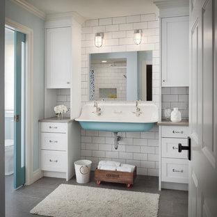 Esempio di una stanza da bagno con doccia tradizionale di medie dimensioni con ante in stile shaker, ante bianche, piastrelle bianche, pareti blu, lavabo rettangolare, pavimento grigio, top grigio, doccia alcova, piastrelle diamantate e pavimento in gres porcellanato