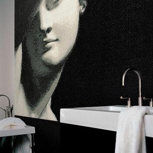 Esempio di un'ampia stanza da bagno padronale vittoriana con ante lisce, ante nere, vasca da incasso, doccia aperta, WC monopezzo, piastrelle nere, lastra di vetro, pareti bianche, pavimento in marmo, lavabo sospeso, top in quarzo composito, pavimento nero e doccia aperta