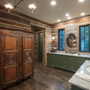 Foto på ett rustikt en-suite badrum, med gröna skåp, bruna väggar, mörkt trägolv, ett undermonterad handfat och brunt golv