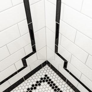 Idéer för mellanstora retro en-suite badrum, med en hörndusch, en toalettstol med separat cisternkåpa, vit kakel, tunnelbanekakel, grå väggar, klinkergolv i porslin, ett piedestal handfat, vitt golv och dusch med gångjärnsdörr
