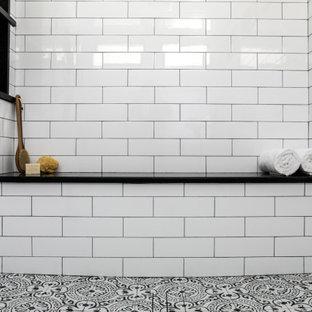 プロビデンスのトランジショナルスタイルのおしゃれなバスルーム (浴槽なし) (落し込みパネル扉のキャビネット、白いキャビネット、バリアフリー、分離型トイレ、白いタイル、セラミックタイル、緑の壁、セメントタイルの床、ベッセル式洗面器、珪岩の洗面台、オープンシャワー、黒い洗面カウンター) の写真