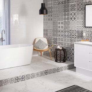 Foto di una grande stanza da bagno con ante bianche, vasca freestanding, pavimento in marmo, lavabo integrato, top in laminato, doccia aperta, piastrelle multicolore e pareti multicolore