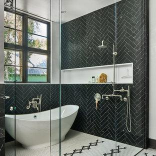 Großes Modernes Badezimmer mit freistehender Badewanne, schwarzen Fliesen, Marmorfliesen, Keramikboden, weißem Boden, bodengleicher Dusche, schwarzer Wandfarbe und Schiebetür-Duschabtrennung in Denver