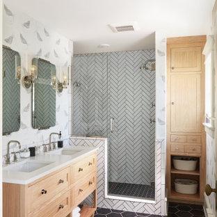 Inspiration för stora klassiska vitt en-suite badrum, med skåp i ljust trä, en dusch i en alkov, vit kakel, keramikplattor, vita väggar, klinkergolv i keramik, svart golv, dusch med gångjärnsdörr, skåp i shakerstil och ett undermonterad handfat