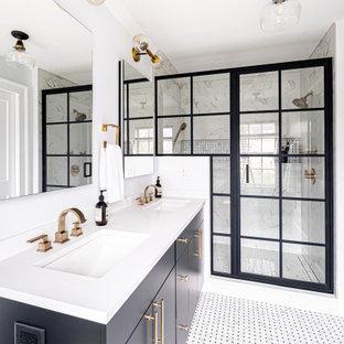 Idéer för mellanstora funkis vitt en-suite badrum, med släta luckor, svarta skåp, en dusch i en alkov, en toalettstol med separat cisternkåpa, vit kakel, marmorgolv, ett undermonterad handfat, bänkskiva i kvarts, vitt golv och dusch med gångjärnsdörr