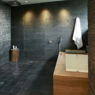 Immagine di una stanza da bagno moderna con vasca sottopiano, doccia aperta, piastrelle grigie e doccia aperta