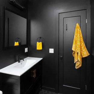 Foto de cuarto de baño con ducha, urbano, de tamaño medio, con sanitario de una pieza, suelo de azulejos de cemento, puertas de armario negras, paredes negras, lavabo integrado, suelo negro, encimeras blancas, armarios con paneles empotrados, ducha empotrada, baldosas y/o azulejos grises, baldosas y/o azulejos de cemento, encimera de acrílico y ducha abierta