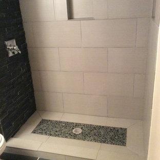 Kleines Modernes Duschbad mit offener Dusche, schwarz-weißen Fliesen, Kieselfliesen, weißer Wandfarbe und Porzellan-Bodenfliesen in Cleveland