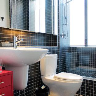 Idee per una stanza da bagno design con lavabo sospeso, doccia alcova, WC a due pezzi, piastrelle nere, piastrelle a mosaico e ante rosse
