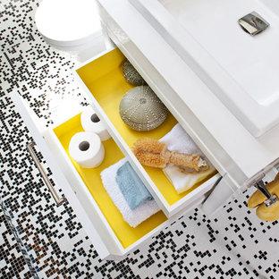 Foto di una stanza da bagno design di medie dimensioni con ante in stile shaker, ante bianche, zona vasca/doccia separata, WC monopezzo, pistrelle in bianco e nero, piastrelle di vetro, pareti grigie, pavimento con piastrelle a mosaico, lavabo da incasso, top in superficie solida, pavimento nero e doccia aperta