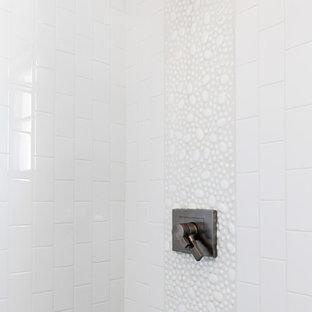 Foto de cuarto de baño infantil, tradicional renovado, pequeño, con ducha empotrada, baldosas y/o azulejos blancos, suelo de baldosas tipo guijarro y paredes blancas