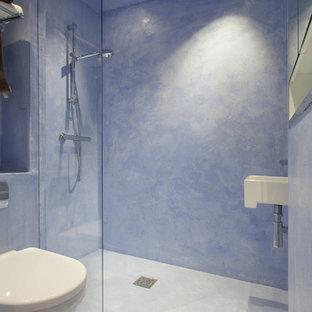 Imagen de cuarto de baño con ducha, actual, grande, con ducha abierta, sanitario de una pieza, baldosas y/o azulejos azules, paredes azules y lavabo suspendido