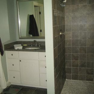 Exempel på ett mellanstort klassiskt grå grått badrum med dusch, med skåp i shakerstil, vita skåp, en kantlös dusch, grå kakel, skifferkakel, blå väggar, skiffergolv, ett undermonterad handfat, bänkskiva i kalksten, grått golv och med dusch som är öppen