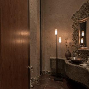 Großes Modernes Duschbad mit Schrankfronten im Shaker-Stil, dunklen Holzschränken, Eckdusche, Toilette mit Aufsatzspülkasten, beigefarbenen Fliesen, schwarz-weißen Fliesen, braunen Fliesen, grauen Fliesen, Kieselfliesen, beiger Wandfarbe, Keramikboden, Einbauwaschbecken und Granit-Waschbecken/Waschtisch in Phoenix