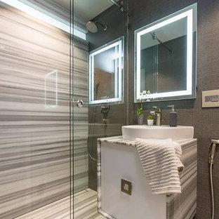 Diseño de cuarto de baño con ducha, minimalista, de tamaño medio, con armarios con paneles lisos, puertas de armario blancas, ducha empotrada, sanitario de dos piezas, baldosas y/o azulejos grises, paredes grises, suelo de cemento, lavabo sobreencimera, suelo gris, ducha con puerta corredera y encimeras multicolor