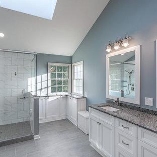 Idéer för stora vintage grått en-suite badrum, med luckor med infälld panel, vita skåp, en öppen dusch, vit kakel, keramikplattor, blå väggar, klinkergolv i keramik, ett undermonterad handfat, granitbänkskiva, grått golv och dusch med gångjärnsdörr