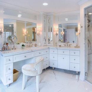 Imagen de cuarto de baño principal, clásico renovado, grande, con armarios estilo shaker, puertas de armario blancas, ducha a ras de suelo, baldosas y/o azulejos blancos, baldosas y/o azulejos de porcelana, paredes amarillas, suelo de baldosas de porcelana, lavabo bajoencimera y encimera de cuarzo compacto