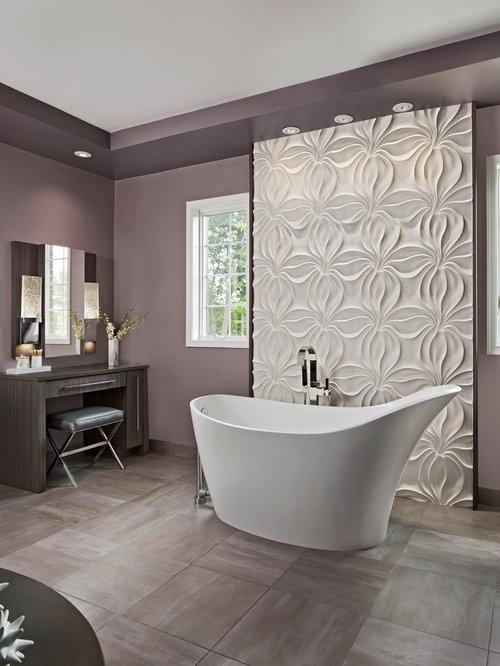 Charmant Geräumiges Modernes Badezimmer En Suite Mit Flächenbündigen Schrankfronten,  Hellbraunen Holzschränken, Freistehender Badewanne, Toilette
