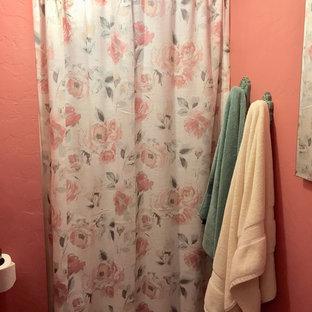 Kleines Shabby-Style Badezimmer mit rosa Wandfarbe, Porzellan-Bodenfliesen, Sockelwaschbecken und beigem Boden in San Francisco