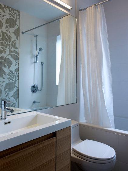 Modern Bathroom by blackLAB architects inc.