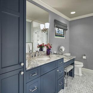 Cette photo montre une douche en alcôve principale chic de taille moyenne avec un placard avec porte à panneau encastré, des portes de placard bleues, un WC séparé, un carrelage gris, carrelage en mosaïque, un mur violet, un sol en carrelage de terre cuite, un lavabo encastré, un plan de toilette en marbre, un sol gris et une cabine de douche à porte battante.