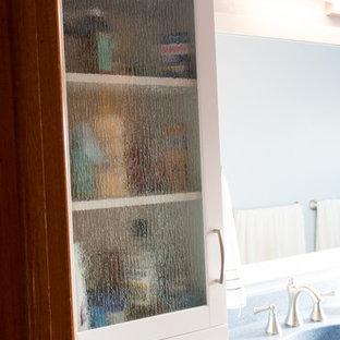 Immagine di una stanza da bagno con doccia contemporanea di medie dimensioni con ante in stile shaker, ante bianche, doccia alcova, WC a due pezzi, pareti blu, pavimento in linoleum, lavabo integrato, top in superficie solida, pavimento blu e doccia con tenda