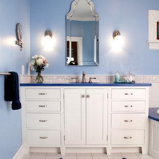 Idee per una stanza da bagno padronale tradizionale di medie dimensioni con ante in stile shaker, ante bianche, vasca ad angolo, piastrelle bianche, piastrelle di ciottoli, pareti blu, pavimento con piastrelle in ceramica, lavabo sottopiano e top in quarzo composito