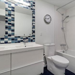 Foto di una piccola stanza da bagno per bambini minimalista con ante lisce, ante bianche, vasca/doccia, piastrelle blu, piastrelle a mosaico, pareti bianche, pavimento in linoleum, lavabo integrato, top in laminato, pavimento blu, doccia con tenda e top bianco