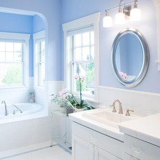 Esempio di una stanza da bagno tradizionale con top piastrellato
